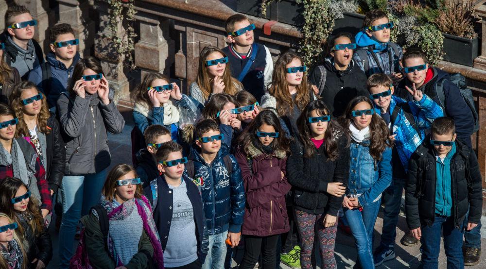 Monaco di Baviera, una scolaresca osserva l'eclisse indossando gli speciali occhialini.