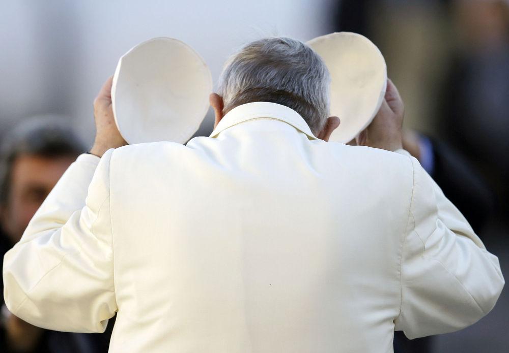 Papa Francesco cambia la papalina.