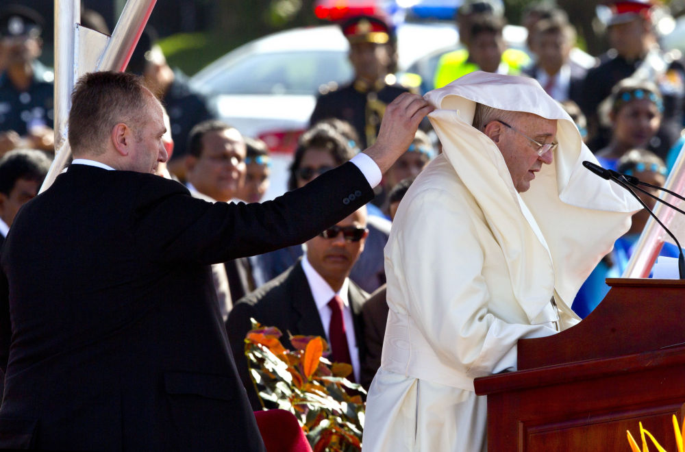 Papa Francesco all'aeroporto di Colombo, Sri Lanka.