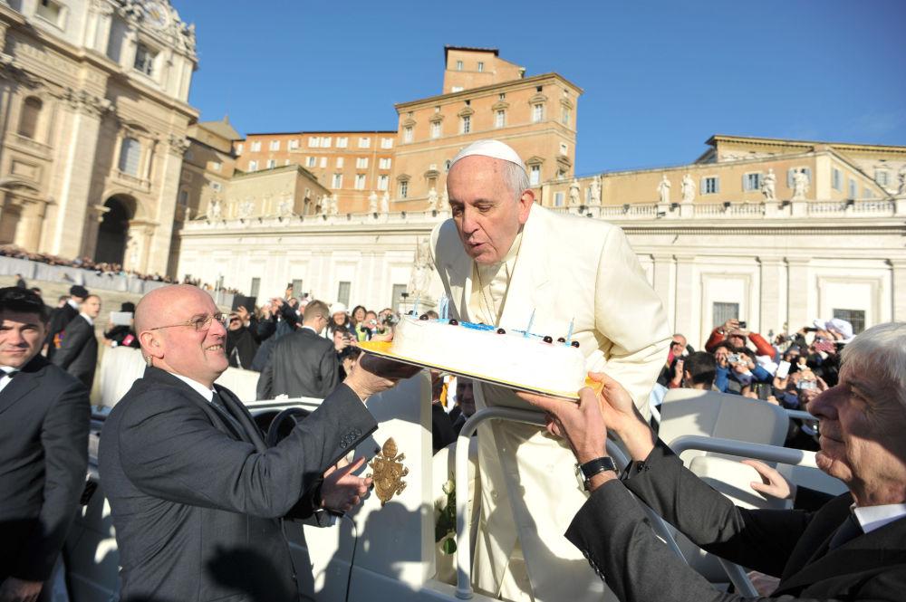Papa Francesco riceve una torta per il suo compleanno il 17 dicembre del 2014.
