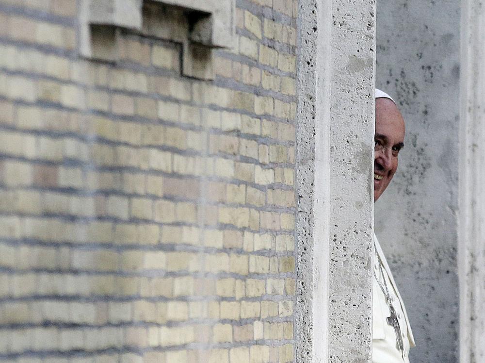 Papa Francesco all'uscita dalla chiesa di Gesù a Roma.
