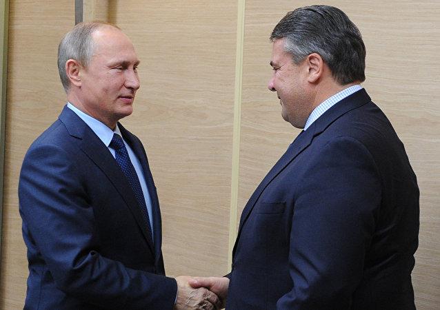 Incontro tra Vladimir Putin e vice cancelliere Sigmar Gabriel (foto d'archivio)