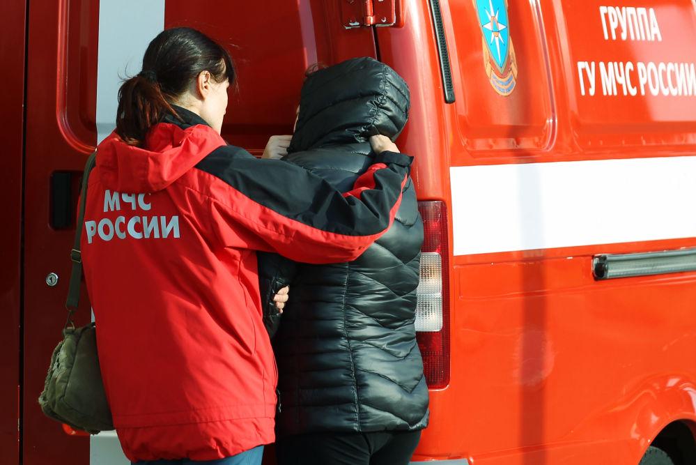Un psicologo della protezione civile aiuta ai parenti dei passeggeri del volo 9268 all'aeroporto di Pulkovo.