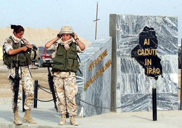 Due donne soldato italiane davanti al monumento ai caduti di Nassiriya