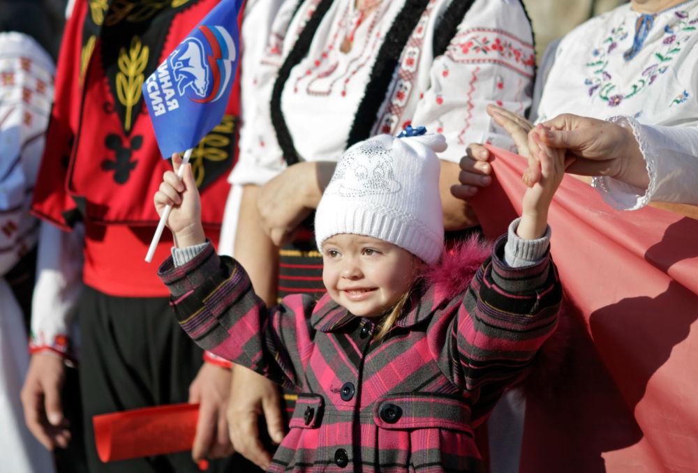 Una bambina alle celebrazioni della Giornala dell'unità nazionale a Simferopol'.