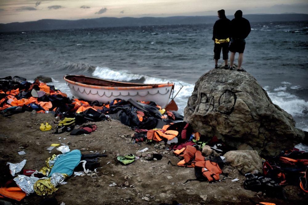 I profughi sulla riva dell'isola di Lesbo in Grecia.