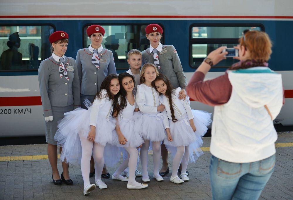 Conduttori e passeggeri del nuovo treno espresso Strizh posano prima della partenza della prima corsa da Mosca a Nižnij Novgorod.