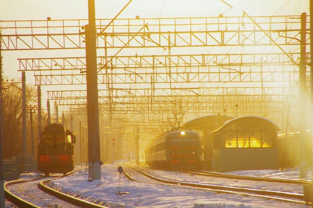 Un treno arriva alla stazione di Krasnogorsk (nei pressi di Mosca) al tramonto.