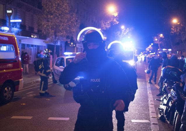 La polizia francese vicino al teatro Bataclan