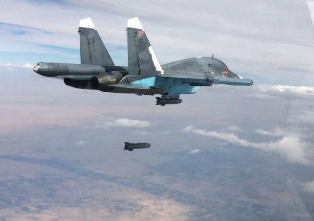 Un caccia Su-35 durante un raid a Raqqa
