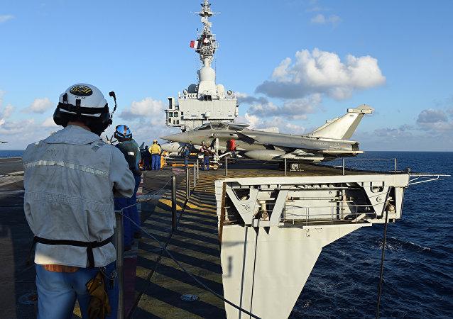 Portaerei francese Charles-de-Gaulle impegnata nell'operazione anti-Daesh in Siria