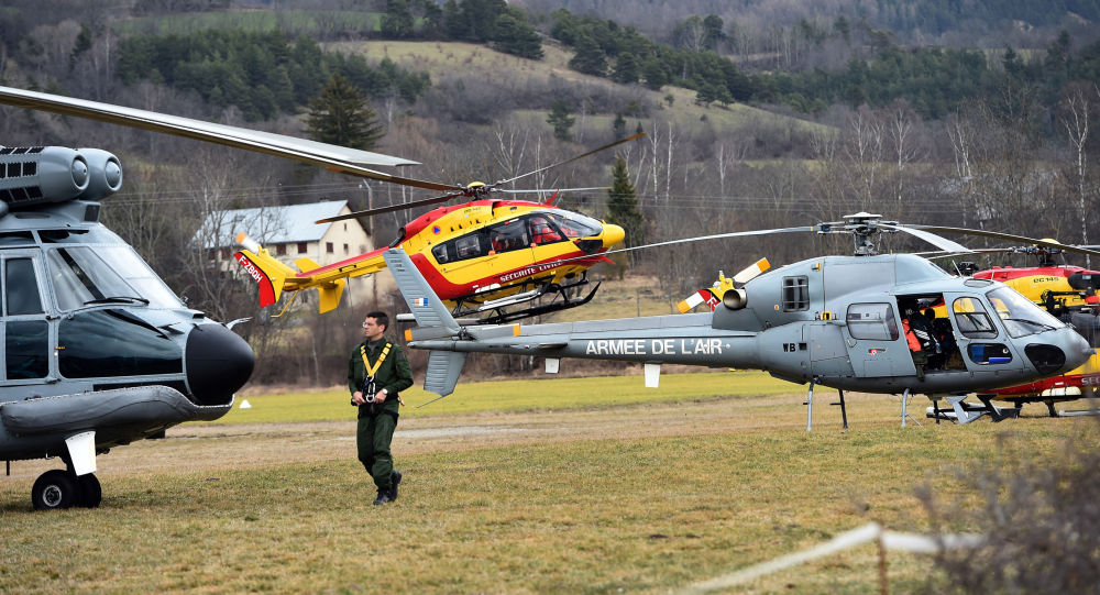 Elicotteri dell'aeronautica francese si recano sul luogo dello schianto dell'Airbus Germanwings