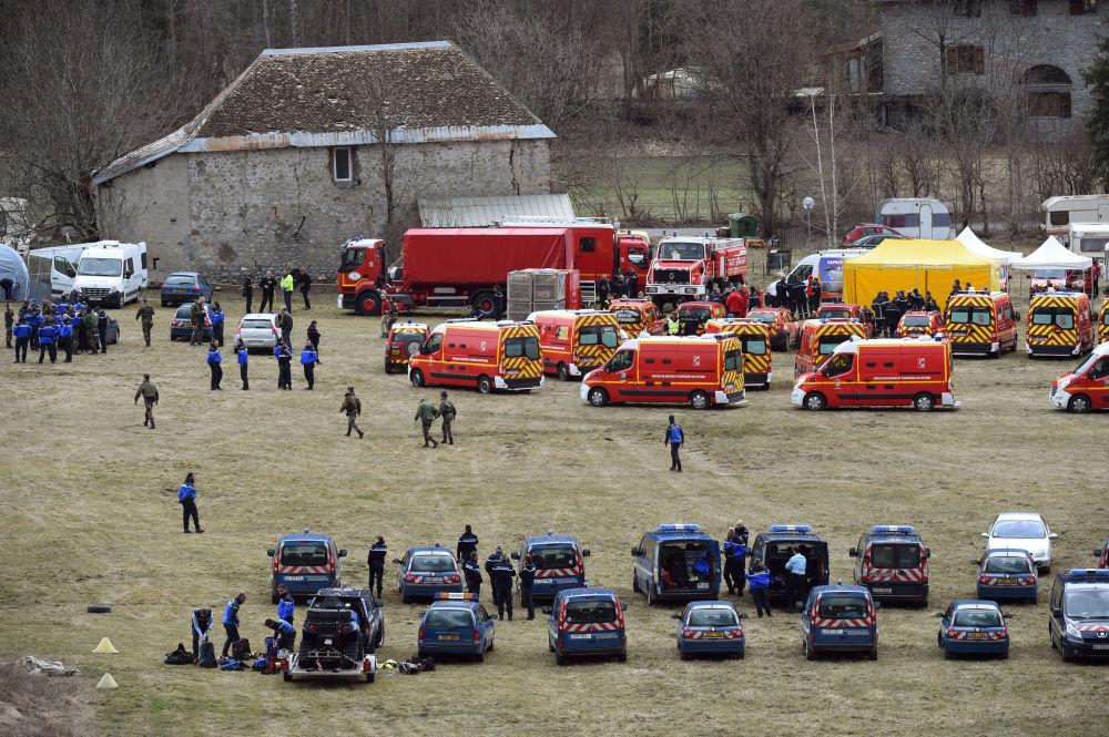 Le unità di soccorso francesi si radunano prima di intervenire sul luogo dello schianto