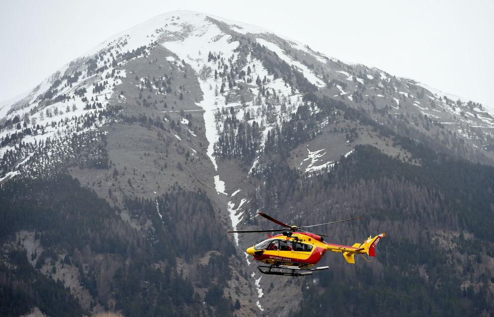 Un elicottero dell'aeronautica francese sorvola il luogo dello schianto dell' Airbus A320