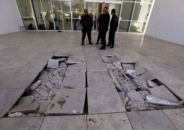 La polizia sorveglia l`entrata del Museo del Bardo
