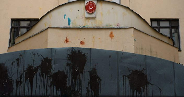 Vernice contro l'ambasciata turca a Mosca.