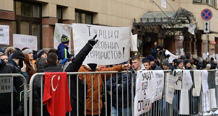 Manifestanti davanti all'ambasciata turca a Mosca