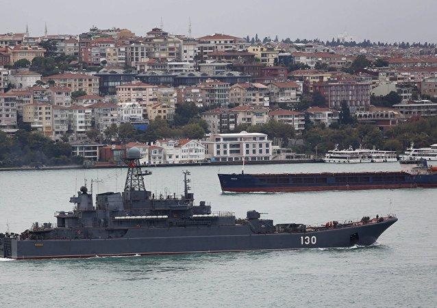Nave militare russa nel Bosforo