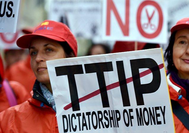 Dimostranti a Bruxelles contro TTIP su accordo libero scambio tra USA e UE
