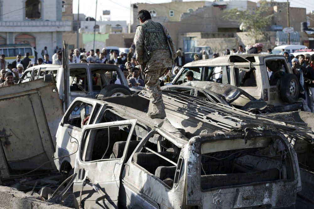 Auto carbonizzate dopo il bombardamento su Sanaa.