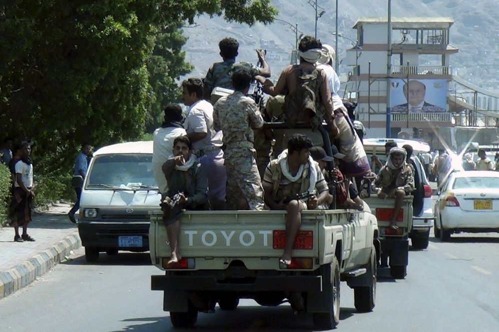Soldati sostenitori del presidente Abd-Rabbu Mansour pattugliano la città di Aden.