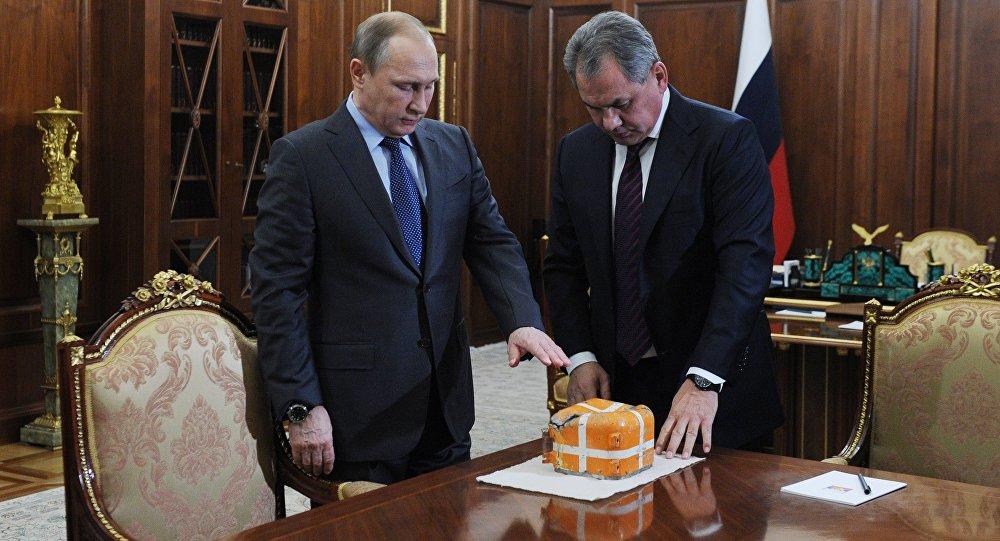 Vladimir Putin insieme al ministro della Difesa Sergei Shoigu