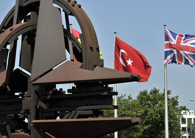 Le bandiere della Turchia e della Gran Bretagna al quartier generale della NATO a Bruxelles