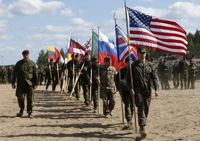 I soldati della NATO alla cerimonia dell' apertura delle esercitazioni 'Saber Strike 2015' in Lituania.
