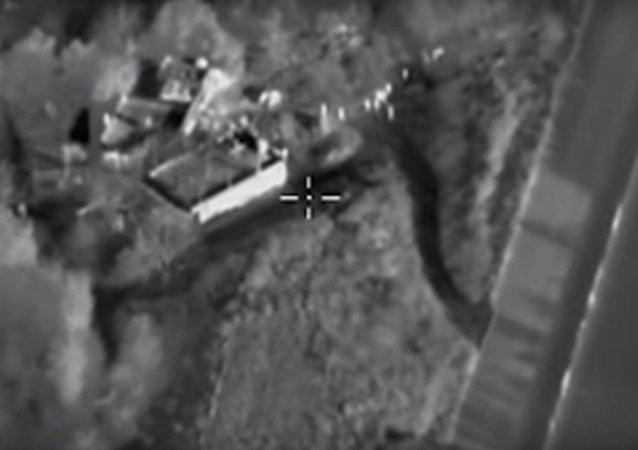 Terroristi scappano da un bombardiere russo