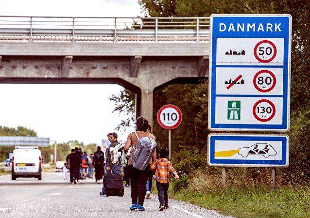 Profughi in marcia verso Danimarca