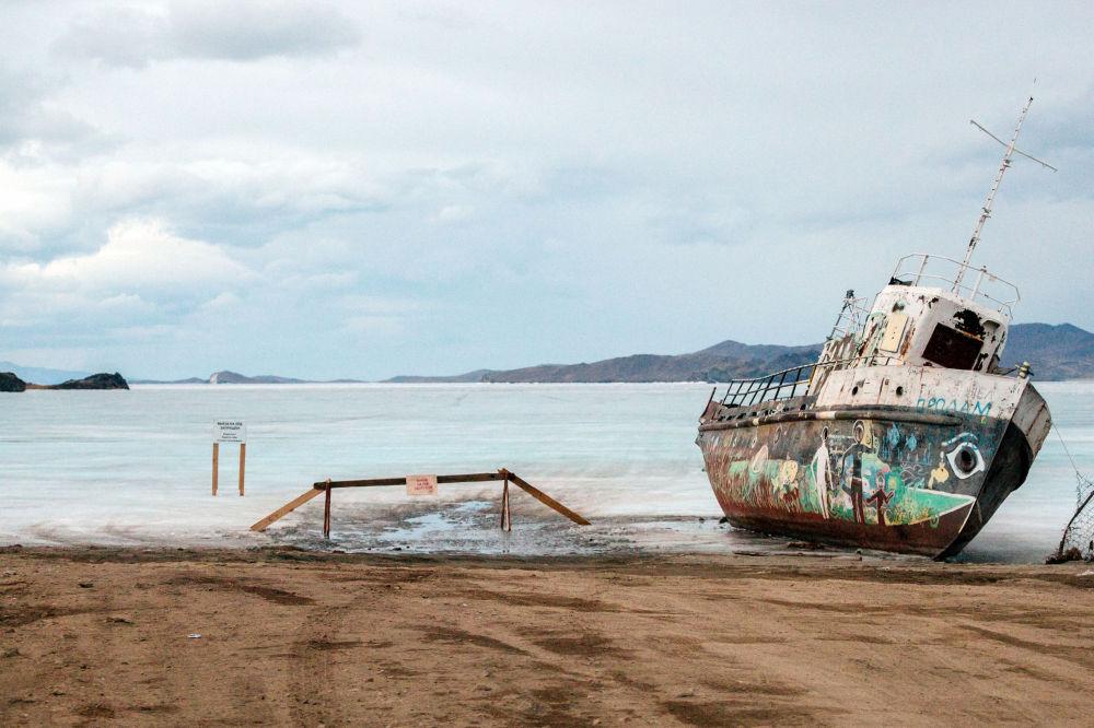 Una vecchia imbarcazione giace sulle rive del lago Bajkal, nell'isola di Olkhon.