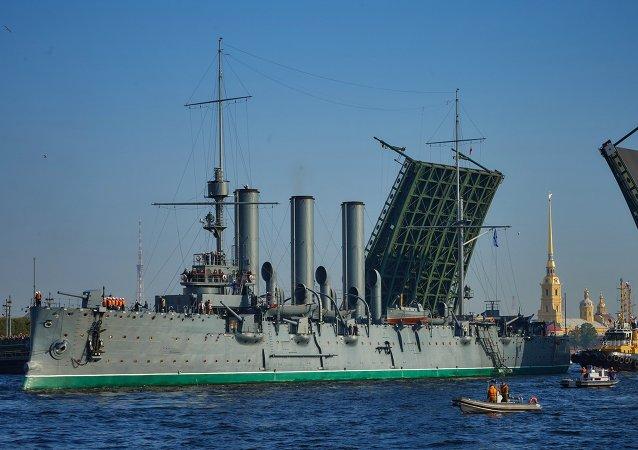 Cruiser Aurora towed for repairs