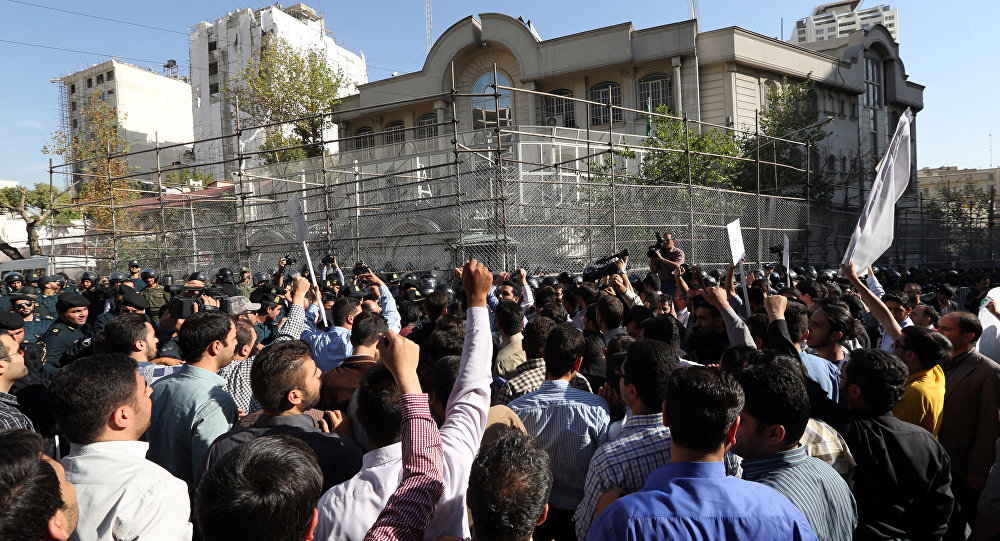 Iranian protesters shout slogans during a demonstration against Saudi Arabia outside its embassy in Tehran on September 27, 2015