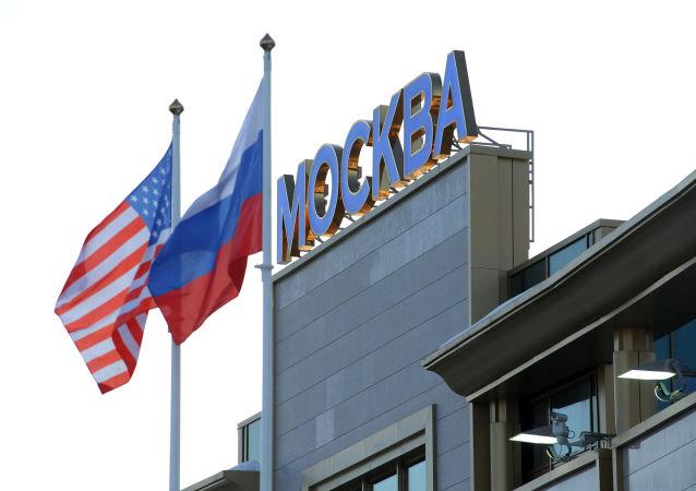 Le bandiere della Russia e degli USA