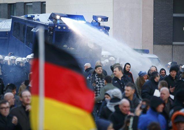Le proteste di Pegida a Colonia, Germania, il 9 gennaio, 2016.