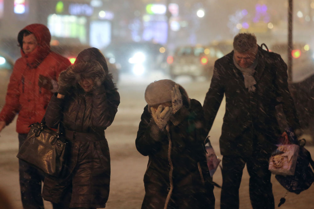 La gente durante la nevicata a Mosca.