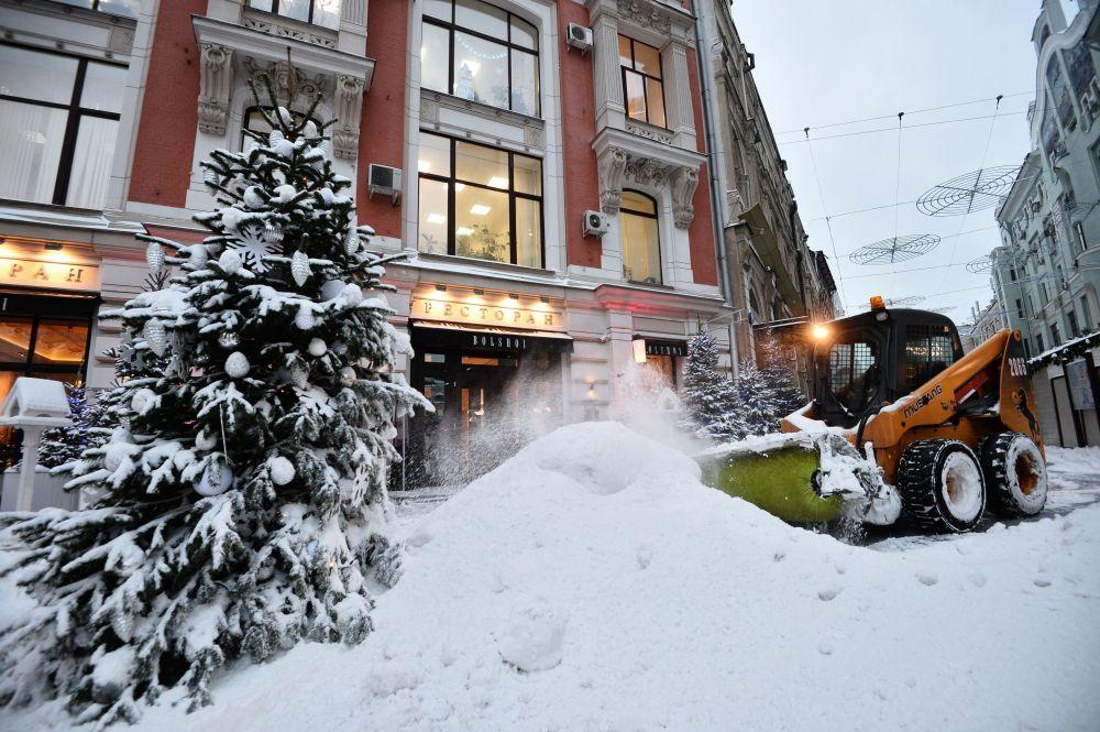 Gli operai del servizio pubblico puliscono le strade dalla neve a Mosca.