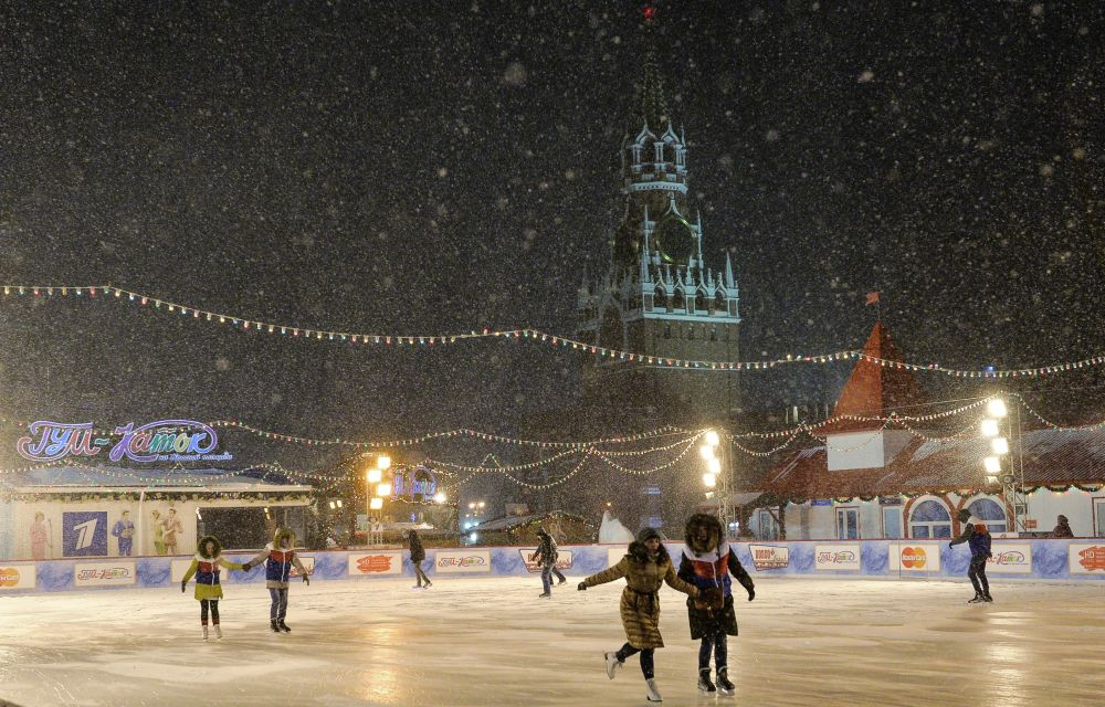 Pattinaggio sulla Piazza Rossa sotto la neve a Mosca.