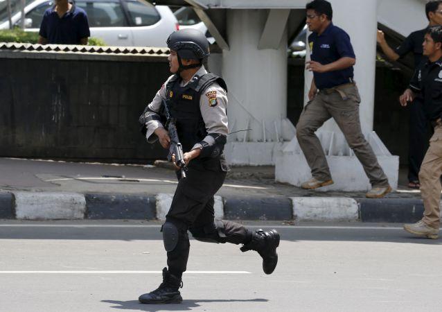 Agenti di polizia all'luogo dell'attentato terroristico a Giacarta, Indonesia