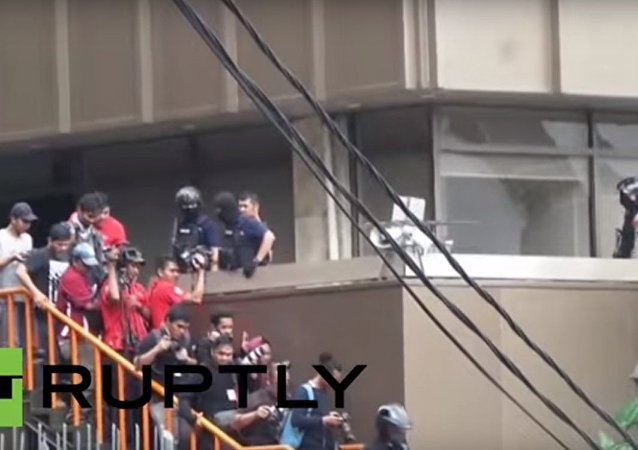 Evacuazione della gente dopo attentato a Giacarta