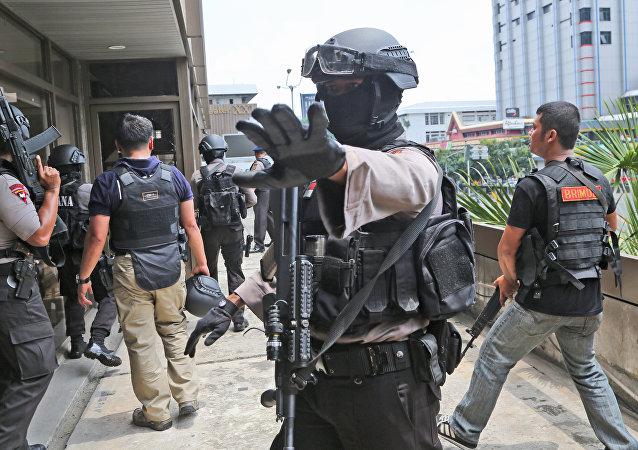 Perquisizione di un edificio a Giacarta da parte della polizia indonesiana