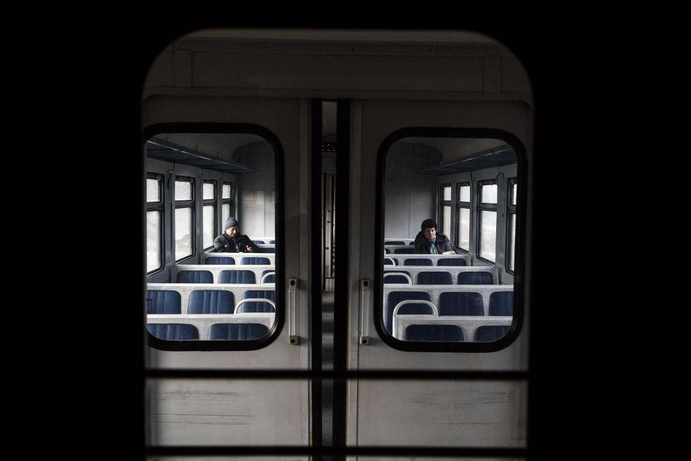 Un vagone (semivuoto) del treno locale Yasinovataya-Lugansk.