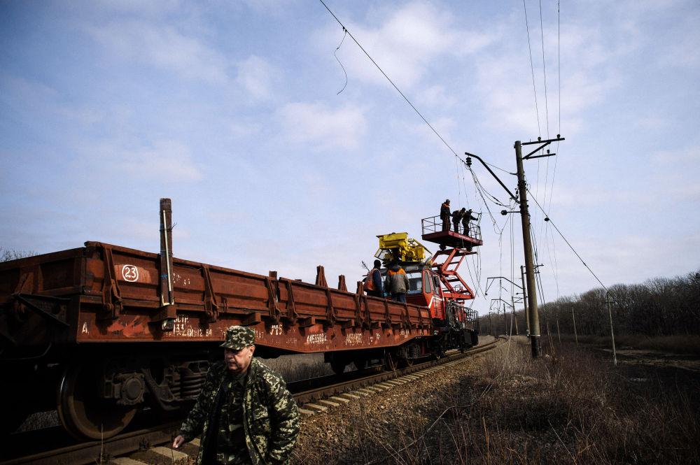 Operai al lavoro sulla linea ferroviaria.
