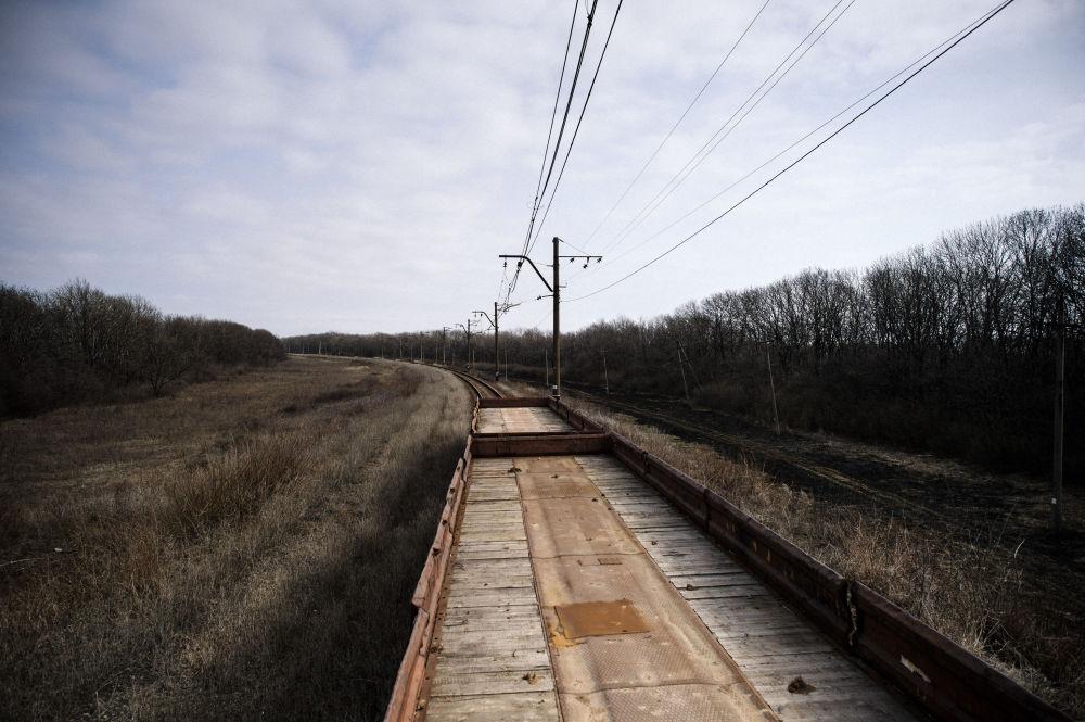 Carri antimina si muovo davanti al treno nei pressi del villaggio di Vuhlerisk.