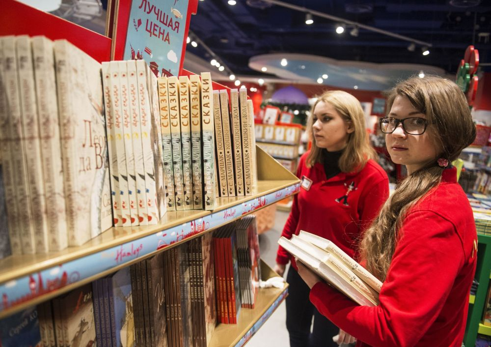 Commesse al reparto libri per ragazzi  del negozio Detsky Mir.
