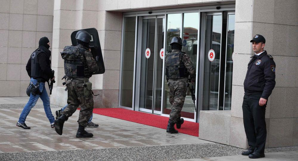 Forza di sicurezza di fronte al tribunale di Istanbul