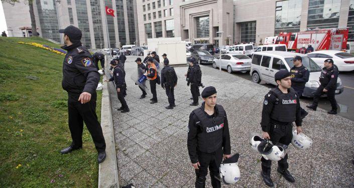 Le forze speciali accanto il Palazzo di Giustizia a Istambul