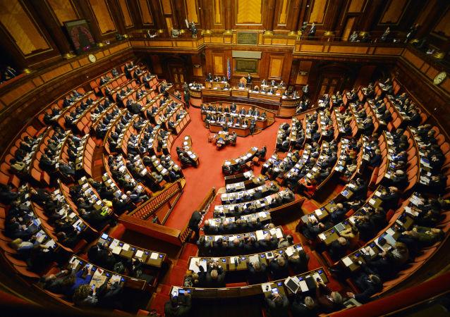 Primi strascichi in casa Pd dopo il voto all'Italicum. Sel pronta a creare una nuova forza politica.