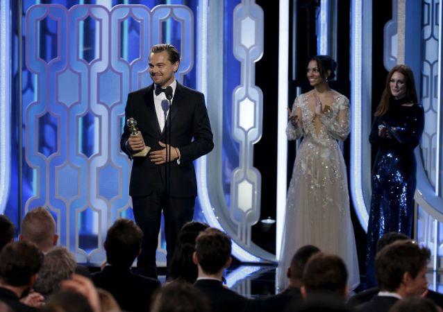 Leonardo di Caprio con il suo primo Oscar