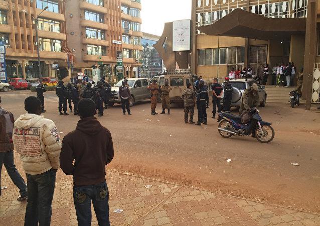 Nei pressi dell'albergo attaccato dai terroristi di Al Qaeda il 16 gennaio.